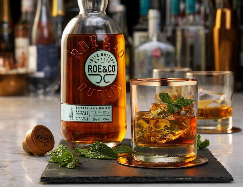 ... producir un Premium Blended Irish Whiskey que se llamará Roe & Co